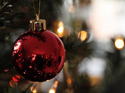 Rote Weihnachtsbaumkugel am Zweig