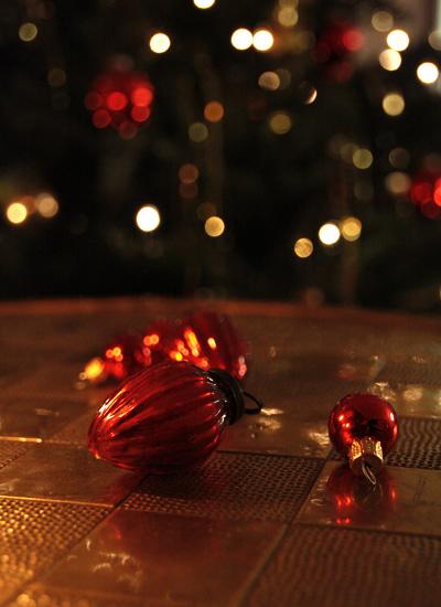 Weihnachtsdekoration reflektiert das Licht
