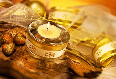 Teelicht mit goldenem Band
