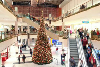 Menschen im weihnachtlichen Kaufhaus