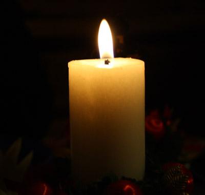 Eine Kerze erhellt das Dunkel